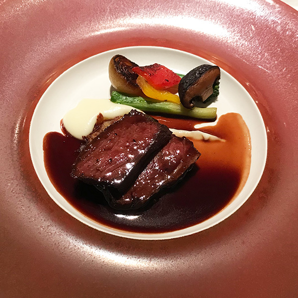 牛モモ肉のグリエ ジャガイモのガレット添え 赤ワインソース